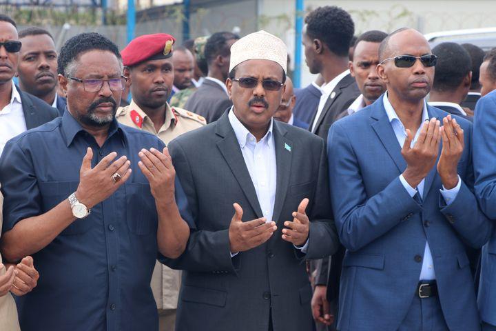Le président somalien Mohamed Abdullahi Mohamed (au centre de l'image) assiste le 4 août 2019 aux funérailles du maire de MogadicioAbdirahman Omar Osman, mort dans un attentat suicide revendiqué par les islamistes shebab affiliés à Al Qaida. (ABDIRAZAK HUSSEIN FARAH / AFP)