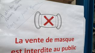 Devant une pharmacie à Nice (Alpes-Maritimes), le 19 avril 2020. (ARNO VISCONTI / FRANCE BLEU AZUR / RADIO FRANCE)