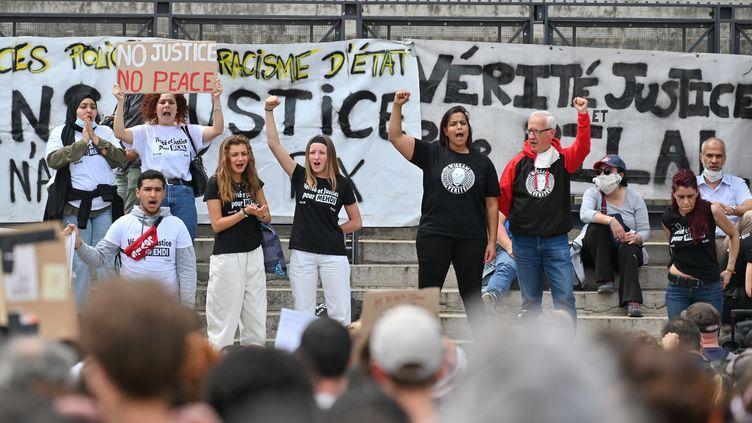 À Lyon, le rassemblement contre les violences policières et le racisme a eu lieu sur le parvis de la cour d'appel. (PHILIPPE DESMAZES / AFP)