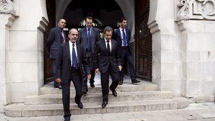 L'ancien président Nicolas Sarkozy (2e à D) sort de la grande mosquée de Paris, le 7 octobre 2013. (THOMAS SAMSON / AFP)