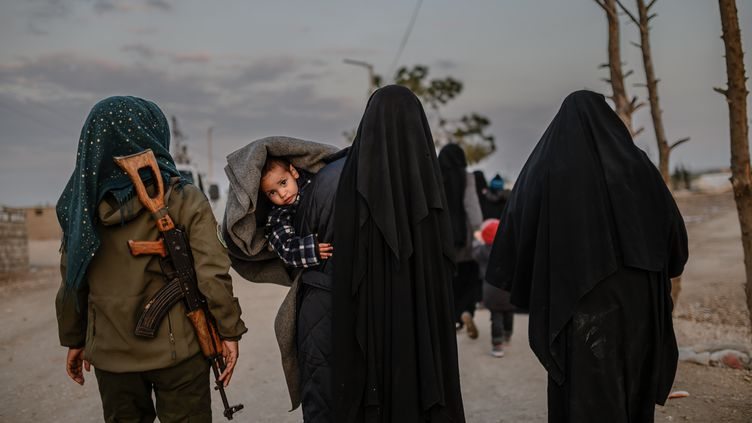Des femmes et enfants de djihadistes au camp d'Al-Hol, au nord-est de la Syrie, en février 2019. (BULENT KILIC / AFP)