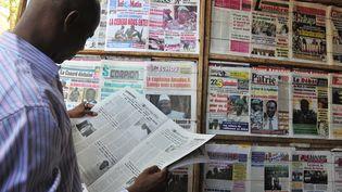 Un habitant de Bamako(Mali) lit les journaux, mercredi 4 avril. (ISSOUF SANOGO / AFP)