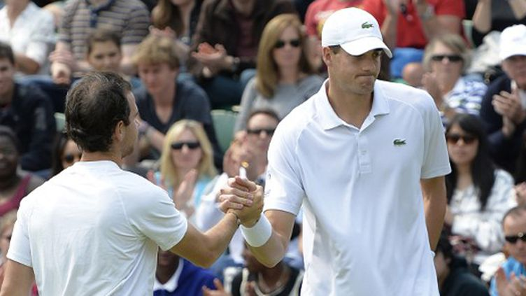 Adrian Mannarino remercie John Isner à Wimbledon (ADRIAN DENNIS / AFP)