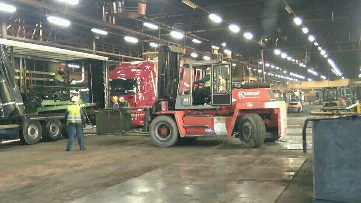 Chaque presse de l'ancienne usine Goodyear d'Amiens-Nord est démontée, puis chargée dans des camions, direction la Pologne. (JEAN-FRANÇOIS QUANDALLE)