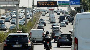 Le trafic sur l'autoroute A1lors d'un pic de pollution, le 27 juillet 2018 à Paris. (GERARD JULIEN / AFP)