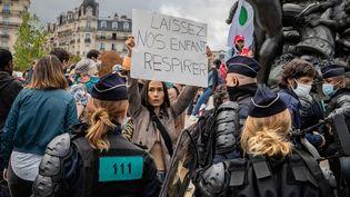 Des policiers encerclent des manifestants anti-masques à Paris, place de la Nation, le 29 août 2020 (AURELIEN MORISSARD / MAXPPP)