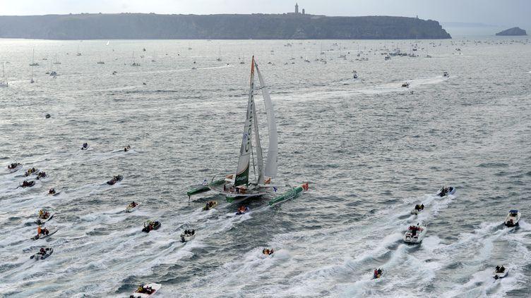 """Le skipper du multicoque """"Groupama 3"""" Franck Cammas au départ de la Route du rhum, course en solitaire, de Saint-Malo (Ille-et-Vilaine) à Pointe-à-Pitre, le 31 octobre 2010. (DAMIEN MEYER / AFP)"""
