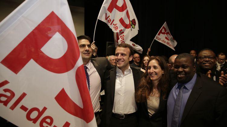 Le ministre de l'Economie, Emmanuel Macron, entouré des candidats socialistes pour les départementales dans le canton de Fresnes-L'Haÿ-les-Roses, lors d'un meeting à Fresnes (Val-de-Marne), le 19 mars 2015. (PHILIPPE WOJAZER / REUTERS)