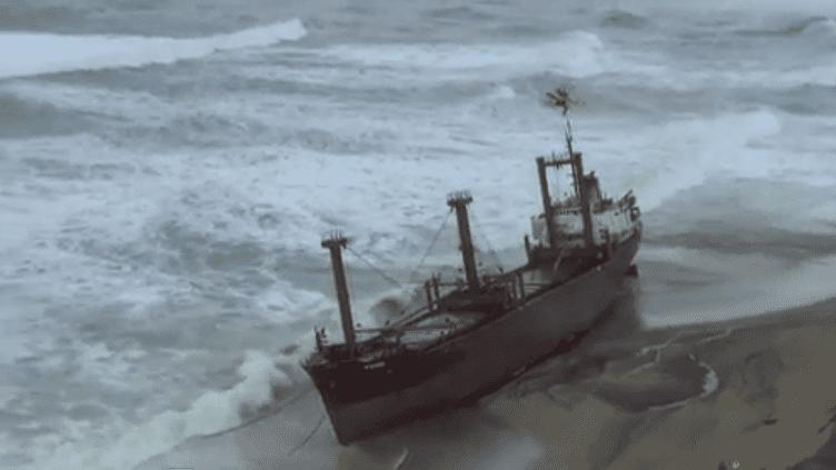 Le cargo échoué près d'Erdeven (Morbihan), le 16 décembre 2011. (FRANCE TELEVISIONS)