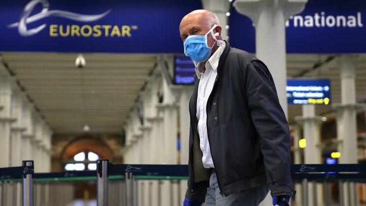 Un passenger arrive à la gare Saint-Pancras de Londres, terminus de l'Eurostar qui relie la France au Royaume-Uni, le 6 mai 2020. (ISABEL INFANTES / AFP)