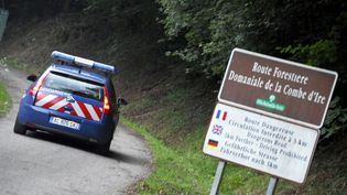 Un véhicule de la gendarmeriese rend sur les lieux de la tuerie de Chevaline (Haute-Savoie), le 5 septembre 2021. (JEAN-PIERRE CLATOT / AFP)