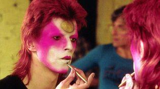 David Bowie se maquillant en tant que Ziggy Stardust en mai 1973.  (R BAMBER / Rex Features/REX/SIPA)