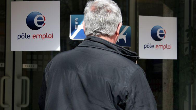 Un sénior entre dans une agence Pôle emploi à Metz, le 18 mars 2010. (MAURY GOLINI /  MAXPPP)