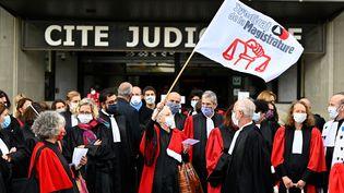 Des magistrats lors d'une manifestation contre le ministre de la Justice,Eric Dupond-Moretti, à Rennes, le 24 septembre 2020. (DAMIEN MEYER / AFP)
