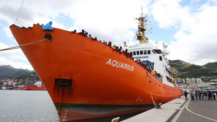 L'Aquarius, le bateau de l'ONG SOS Méditerranée dans le port de Salerne en Italie, le 26 mai 2017. (CARLO HERMANN / AFP)