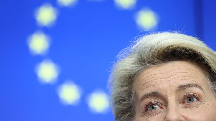 La présidente de la Commission européenne Ursula von der Leyen le 15 juin 2021 à Bruxelles (Belgique) lors d'une conférence de presse. (KENZO TRIBOUILLARD / AFP)