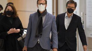 Jérôme Lavrilleux, au centre, arrive au palais de justice de Paris, le 20 mai 2021, pour le procès de l'affaire Bygmalion. (BERTRAND GUAY / AFP)