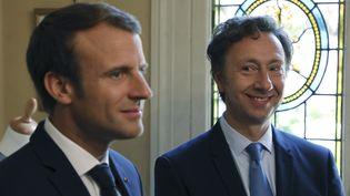Emmanuel Macron et Stéphane Bern, le 16 septembre 2017 au château de Monte-Cristo à Marly-le-Roi (Yvelines). (LUDOVIC MARIN / AFP)
