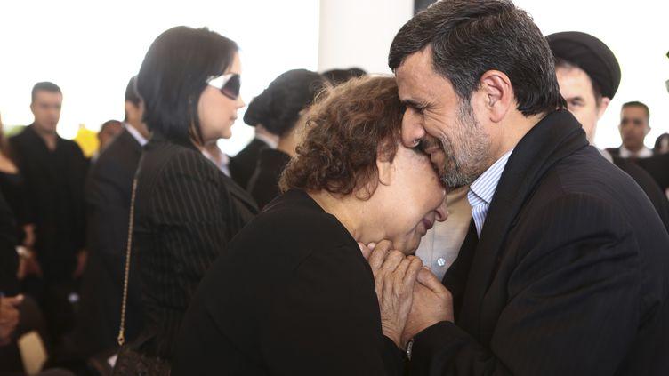 Le président iranien, Mahmoud Ahmadinejad, réconforte la mère d'Hugo Chavez aux funérailles du président vénézuélien, le 8 mars 2013 à Caracas. (REUTERS)