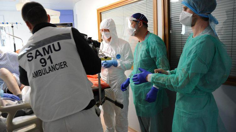 Des services du Samuaident au transport d'unpatient dans le service de réanimation de l'hôpital Jacques Cartier à Massy (Essonne). (PASCAL BACHELET / BSIP / AFP)