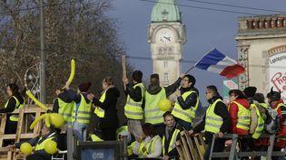 """Des """"gilets jaunes"""" à Limoges (Haute-Vienne), le 24 novembre 2018. (PASCAL LACHENAUD / AFP)"""