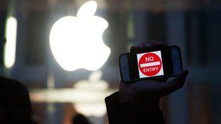 Manifestation devant un Apple Store, à New York, le 23 février 2016, en soutien à la décision d'Apple face aux demandes du FBI. (BRYAN THOMAS / GETTY IMAGES NORTH AMERICA / AFP)