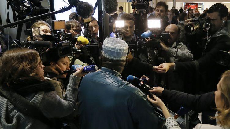 (La presse interroge un passager de retour de Conakry, le 18 octobre dernier, à l'aéroport Charles-de-Gaulle © REUTERS/Gonzalo Fuentes)