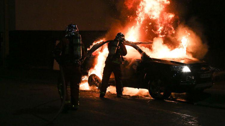Des policiers interviennent lors d'un incendie à Saint-Denis, dans la nuit du lundi 13 au mardi 14 juillet 2020. (AMAURY BLIN / HANS LUCAS)
