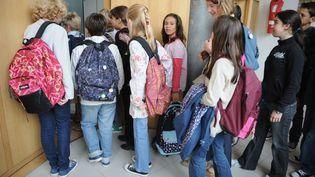 Des élèves s'apprêtent à rentrer dans une salle de classe au lycée Buffon à Paris, au premier jour de la rentrée scolaire. (BERTRAND GUAY / AFP)