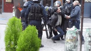 Extrait d'une vidéo publiée par Mediapart où on aperçoit le collaborateur d'Emmanuel Macron, Alexandre Benalla, empoigner un manifestant durant les manifestations organisées le 1er mai 2018. (MEDIAPART / YOUTUBE)