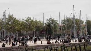 De nombreux Français ont profité du pont de l'Ascension pour aller s'aérer au bord de la mer. Reportage jeudi 13 mai auprès des commerçants de La Rochelle, en Charente-Maritime. (FRANCE 2)