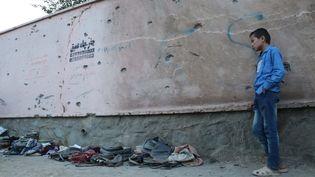 À Kaboul, le 8 mai, après l'attentat qui a causé la mort de 50 personnes près d'une école de filles. (HAROON SABAWOON / ANADOLU AGENCY)
