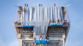 L'empaquetage de l'Arc de Triomphe, oeuvre posthume de l'artiste Christo, a commencé dimanche 12 septembre 2021 sur l'un des côtés et sur la face donnant sur les Champs Elysées. (CARINE SCHMITT / HANS LUCAS / AFP)