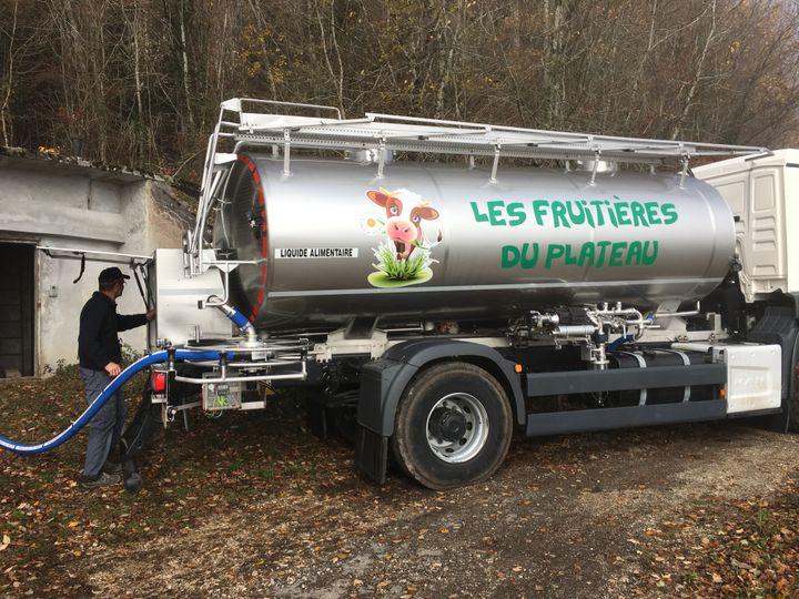 Un employé des Fruitières du plateau de Belleherbe en train de remplir son camion citerne d'eau, à Cour-Saint-Maurice, le 15 novembre 2018. (FRANCEINFO)