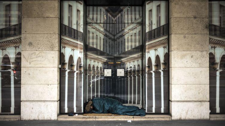Une personne sans abri dort dans la rue, à Paris le 7 décembre 2017. (LIONEL BONAVENTURE / AFP)