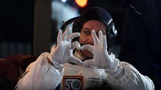 Thomas Pesquet fait un cœur avec ses mains, avant son départ du cosmodrome deBaikonur (Kazakhstan) vers la station spatiale internationale, le 17 novembre 2016. (KIRILL KUDRYAVTSEV / AFP)