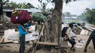 Des Congolais fuyant leur village après une attaque attribuée au groupe armé ADF près de Béni, dans la province du Nord-Kivu en février 2020. (ALEXIS HUGUET / AFP)