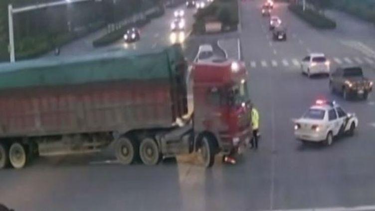 Un camion et son chauffeur sur un grand carrefour de la ville chinoise de Weifang, dans la province de Shandong, le 2 avril 2015. (CCTV / EVN)
