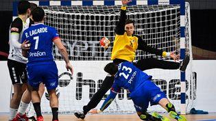 Le pivot français Ludovic Fabregas marque lors du match du Championnat du monde de handball masculin 2021 entre les équipes françaises et suisses du groupe E, le 18 janvier 2021, au Caire (Egypte). (ANNE-CHRISTINE POUJOULAT / AFP)