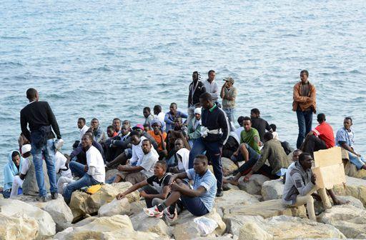Des réfugiés érythréens et soudanais arrivés à Saint Ludovic (Italie), le 16 juin 2015, après avoir traversé la Méditerranée. (Photo Reuters/Jean Pierre Amet)