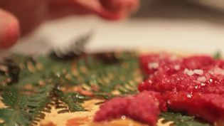 La nouvelle sériedu13 Heures s'intituleLespetits plats dans l'écran.Elle vous présente un produit de saison, un producteur et un chef pour vous montrer comment le cuisiner.Samedi 4 septembre, la framboise est à l'honneur. (CAPTURE ECRAN FRANCE 2)