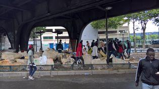 Le campement de la porte de la Chapelle à Paris a été démantelé vendredi 7 juillet, mais déjà, de nouveaux arrivants se pressent sous le pont, sans aucune prise en charge. (F. MAGNENOU / FRANCEINFO)