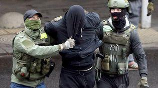 Un homme est arrêté lors de la manifestation dominicale de l'opposition à Minsk, en Biélorussie, le 8 novembre 2020. (AFP)
