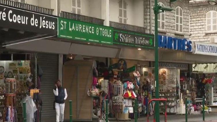 À Lourdes, dans les Hautes-Pyrénées, la mairie envisage de vendre les boutiques qu'elle loue actuellement aux commerçants qui proposent des articles religieux. (FRANCE 2)