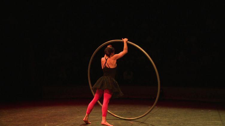 Numéros d'équilibriste, acrobaties...les classiques du cirque revisités par la compagnie Max et Maurice. (France 3 Picardie / J. Arrignon)
