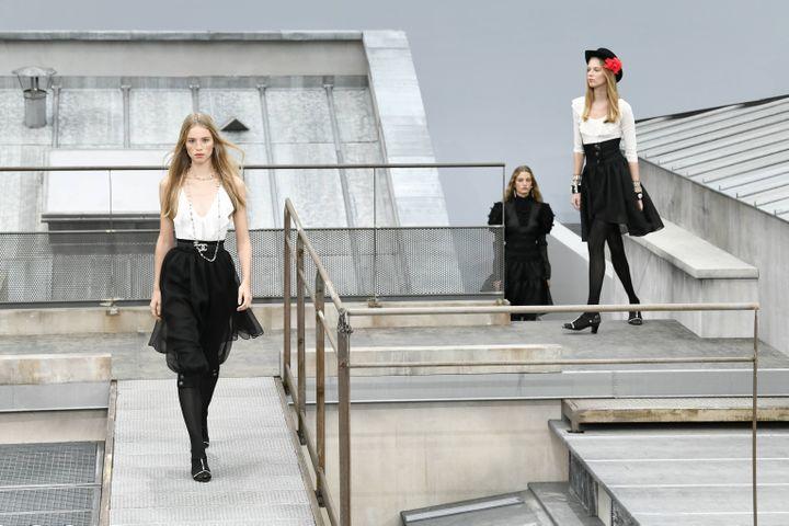 Taille marquée et tops à volants, fines chaussures, chez Chanel l'heure est à la féminité. (IK ALDAMA / IK ALDAMA)