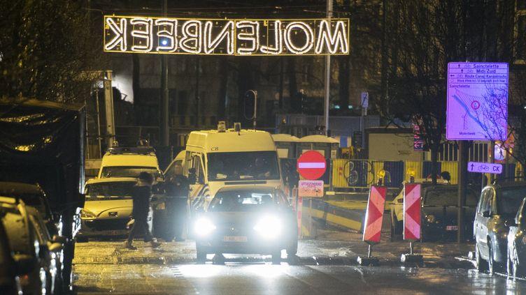 Lesdescentes à Molenbeek ont eu lieu tard dans la soirée samedi 14 janvier, avec des policiers armés qui sécurisaient le périmètre durant l'opération. (FILIP DE SMET / BELGA / AFP)