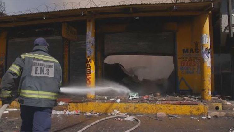 L'Afrique du sud est de nouveauen proie à d'importantes violences xénophobes depuis dimanche. Dans le township d'Alexandra, un des quartiers pauvres de Johannesburgoù résident beaucoup d'étrangers, plusieurs magasins ont été pillés et brûlés. (France 24)