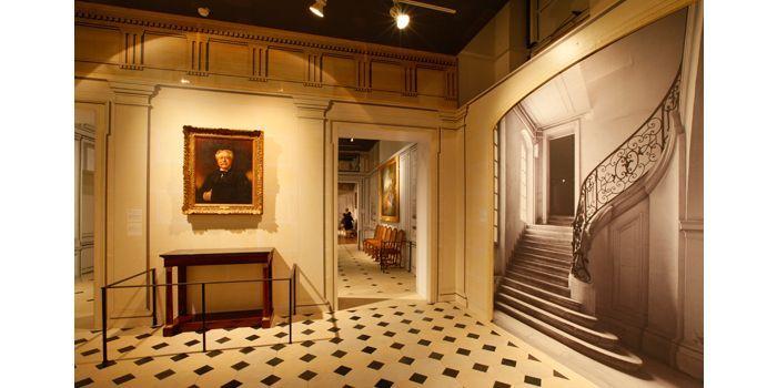 """Le vestibule. Exposition """"L'hôtel particulier. Une ambition parisienne"""", scénographie de Philippe Pumain  ( Gaston Bergeret / CAPA )"""