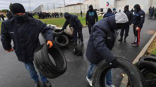 Manifestation devant la prison de Béziers (Hérault), le 26 janvier 2018. (PASCAL GUYOT / AFP)